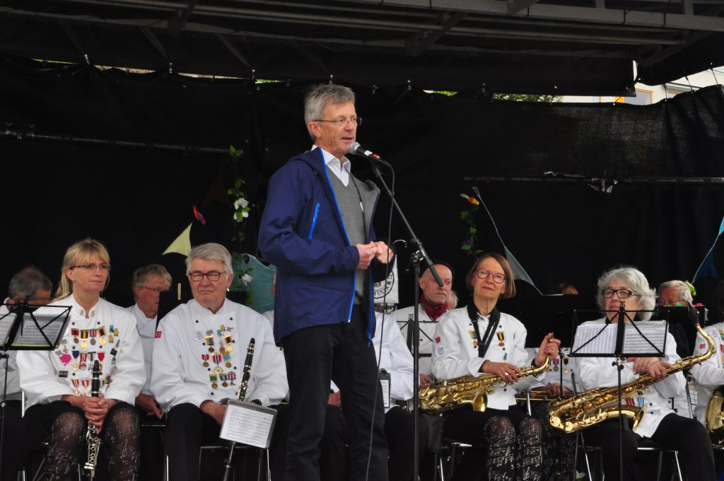 Leder av bydelsutvalget, Carl Oscar Pedersen, holder åpningstale.