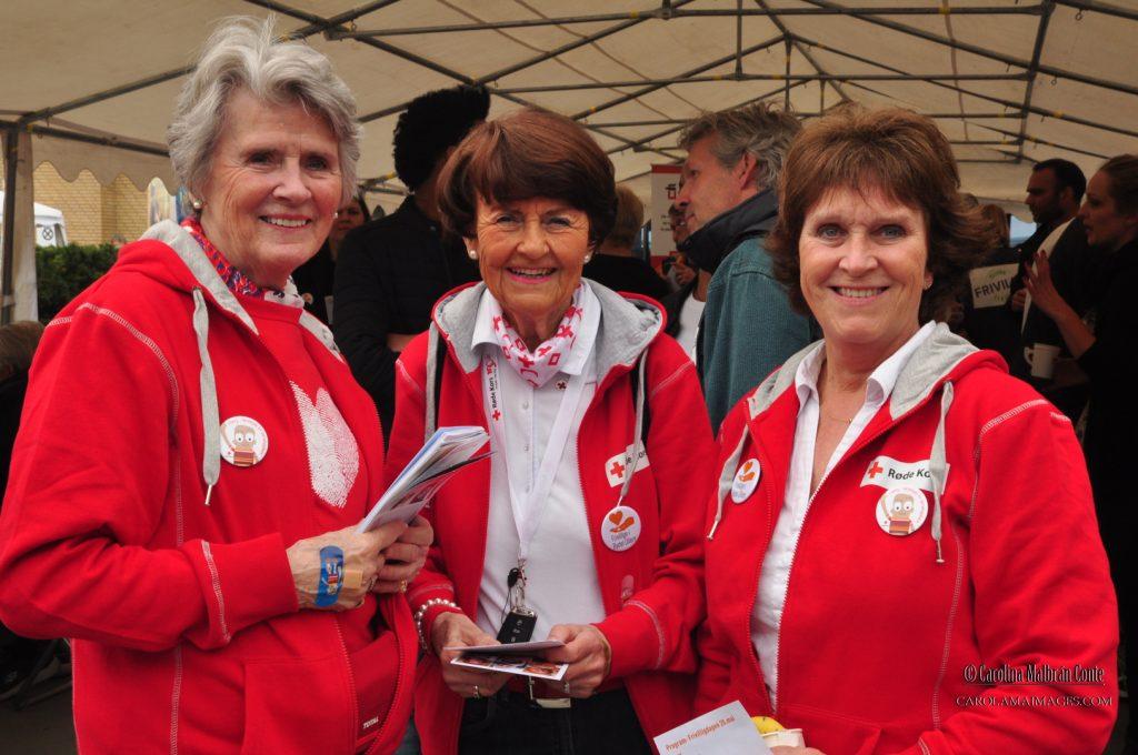 Flotte og stolte damer fra Røde Kors.
