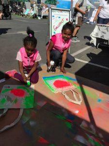 Søstrene Delina og Arsena maler vesker.