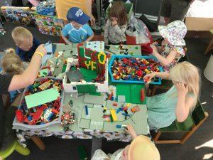 Barna koser seg med lego.
