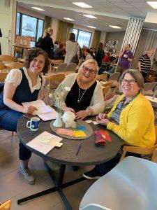 Brainstorming i grupper for å få flere eldre inn i frivilligheten. Benedikte, Esther Marie og Una fra Kirkens Bymisjon er i gang